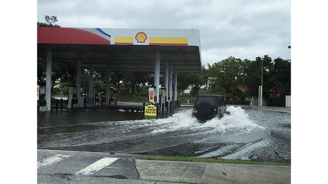 hurricane-matthew-floods-local-gas-station-in-lake-mary_230938
